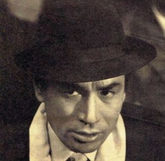 Photo of actor Tanba Tetsurō in a gangster's hat and scarf